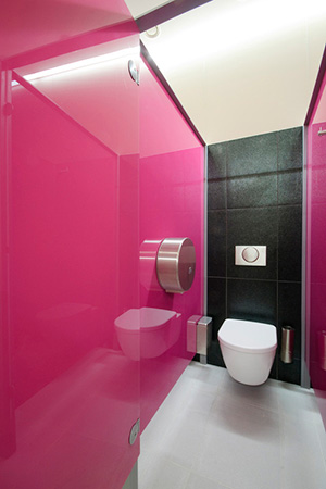 Отделка стеклом стен ванной